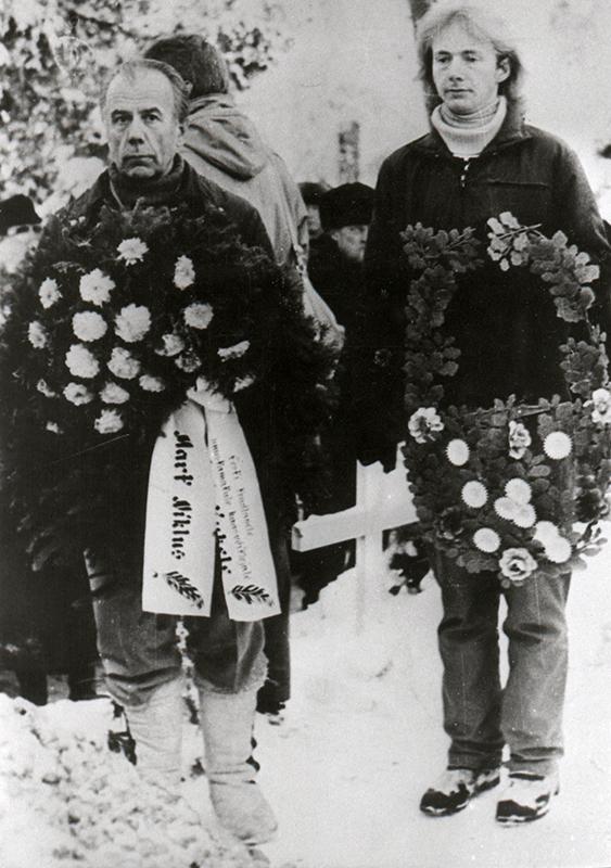 Mart Niklus (left) at the reburial of fellow fighter and fellow prisoner Jüri Kukk in Kursi Cemetery, 1989.