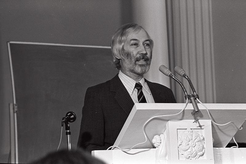 Kirjanik Jaan Kaplinski, kes visandas 40 kirja esimese versiooni. 1989.